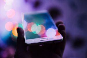 Psycholog obsługuje Pintrest przez telefon komórkowy