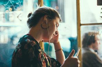 Psycholog umawia się na wizytę online
