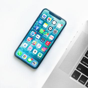 Zdjęcie smartfona z zainstalowanymi aplikacjami do marketingu internetowego