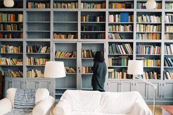 Biblioteczka z literaturą dla psychologów, coachów i terapeutów