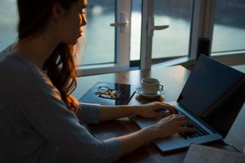 kobieta szukająca pomocy psychologicznej przez internet