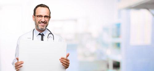 Lekarz trzymający plakat dla poradnii dziecięcej