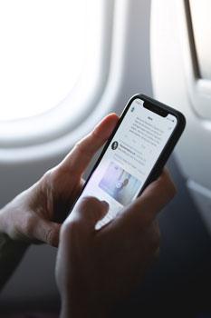 Użytkownik czytający treści w social media