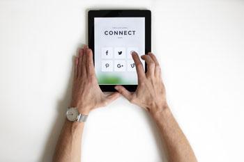 Tablet z uruchomionymi social media