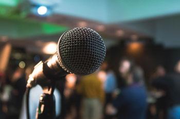 Mikrofon podczas nagrywania podcastów