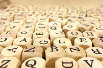 Kostki Scrabble ułożone na płasko