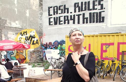 Kobieta na tle ściany z grafitti