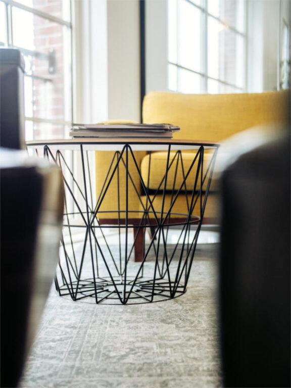 Fotel i stolik w gabinecie psychoterapeuty