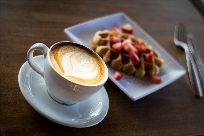 Kawa i ciastko dostępne w poczekalni gabinetu psychoterapeuty