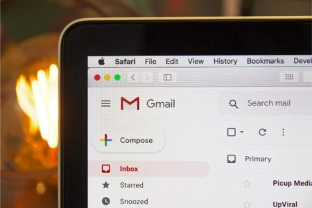 Fragment monitora komputera na którym widoczne jest okno poczty Gmail