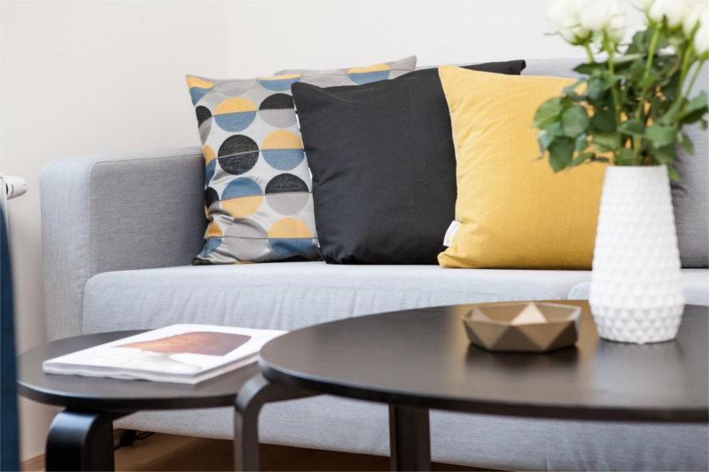 Gabinet terapeutyczny wyposażenie - Kolorowe poduszki na kanapie u psychoterapeuty