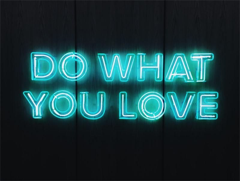 """Baner """"Rób to, co kochasz"""" w języku angielskim"""