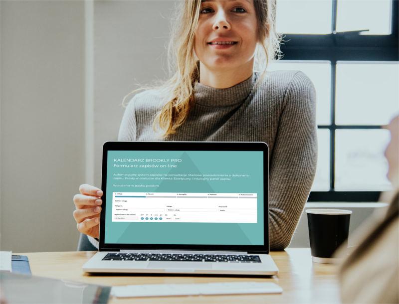 System rezerwacji online dla psychoterapeutów prezentowany przez kobietę