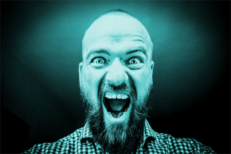 Mężczyzna krzyczący na sesji psychoterapii