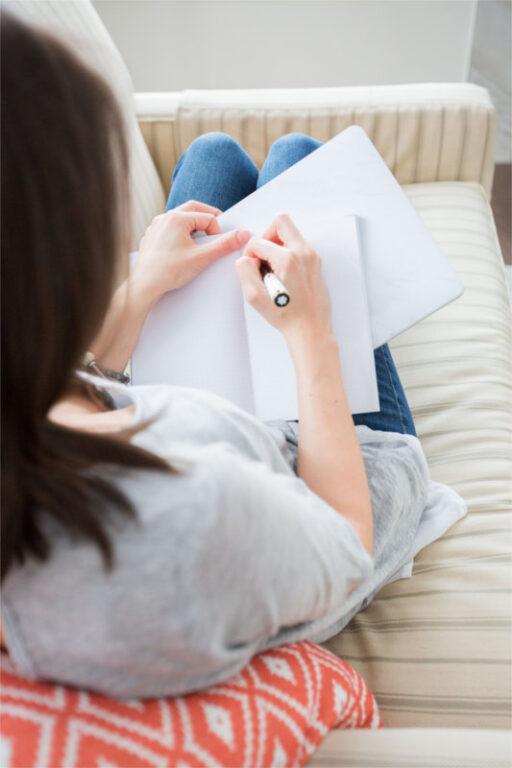 Psychoterapeuta rozpisuje wysokość zasiłku, który należy jej się na urlopie macierzyńskim