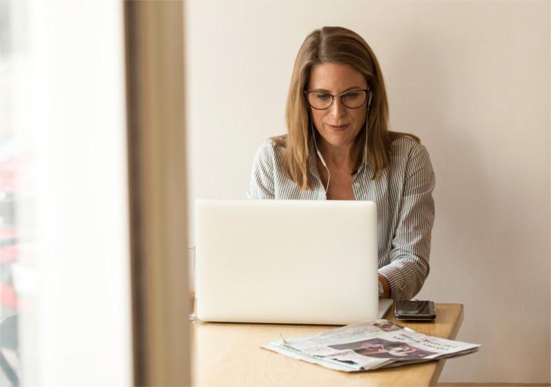 Kobieta psychoterapeuta robi Instagram marketing  gabinetu psychoterapeutycznego