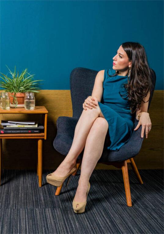 Psychoterapeutka w swoim gabinecie psychoterapii podczas sesji terapeutycznej