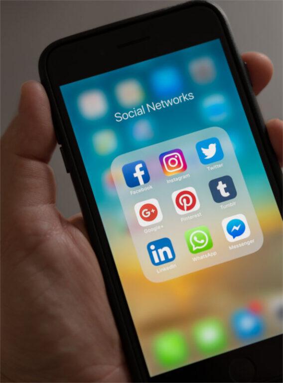Na wyświetlaczu telefonu wiele ikon mediów społecznościowych - symbolizuje mnogość informacji, jakimi jesteśmy zalewani w sieci. Dzięki stosowaniu hashtagów w marketingu gabinetu jesteś w stanie nakierować potencjalnych klientów na swój gabinet