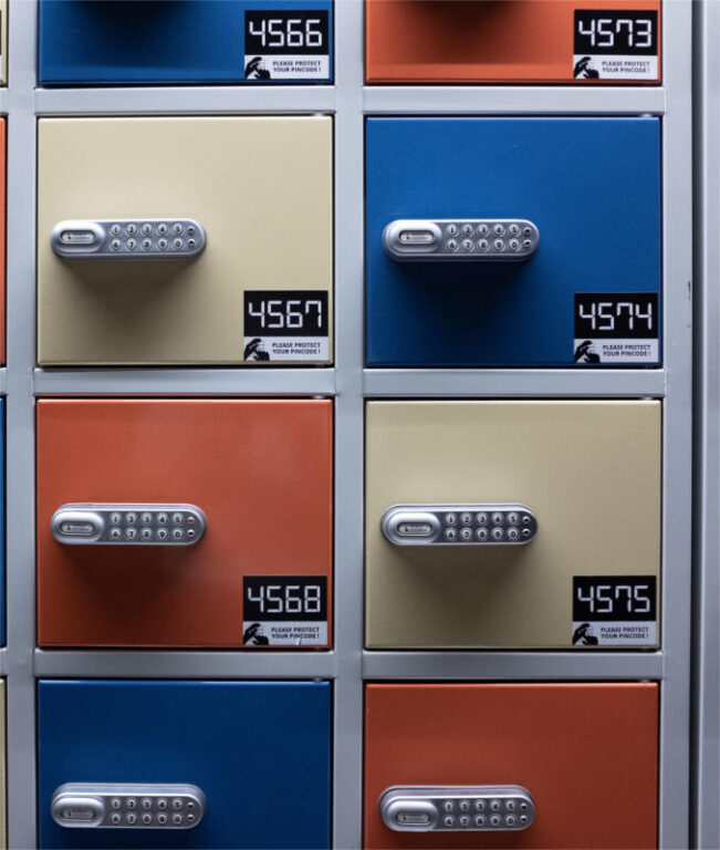 Kolorowe szuflady ponumerowane kolejno - symbolizują usystematyzowanie informacji w sieci - które możesz osiągnąć dzięki stosowaniu hashtagów w marketingu swojego gabinetu