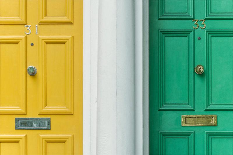 Kolorowe drzwi - symbolizują drzwi gabinetu psychoterapeutycznego, do których klienci trafiają dzięki temu, że wiesz co to jest Piksel Facebooka i korzystasz z jego funkcji