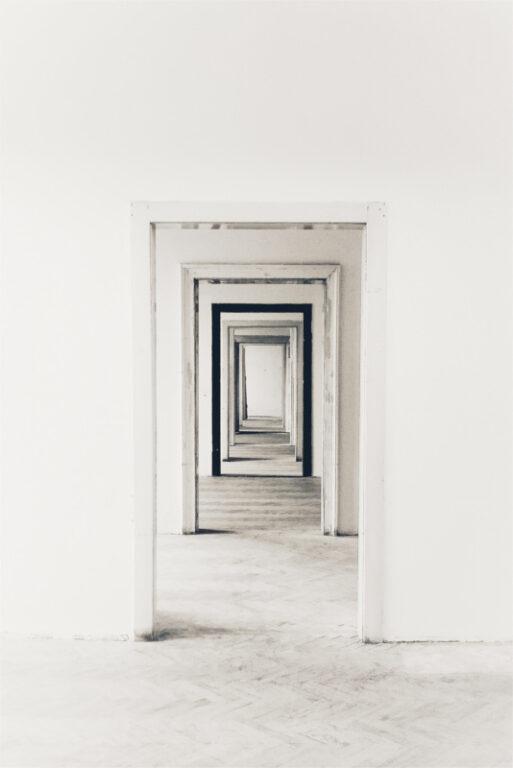 Widok z perspektywy na ciąg wejść do kolejnych pomieszczeń, jedno po drugim, symbolizuje docieranie do docelowego klienta , poprzez określanie grupy docelowej. Jest to możliwe z wykorzystaniem funkcji platformy Piksela Facebooka, gdy już wiesz co to jest i jak działa
