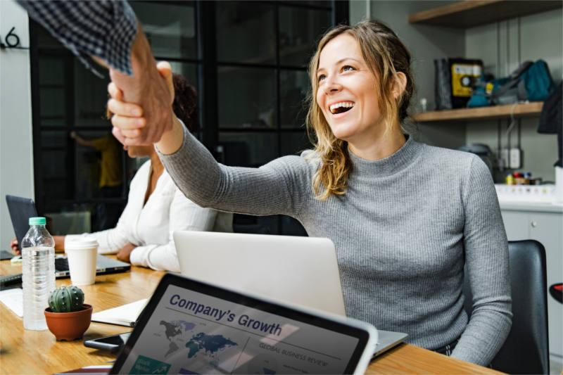 Kobieta psychoterapeuta zawarła umowę z agencją reklamową na kampanię Google Ads dla jej gabinetu psychoterapii