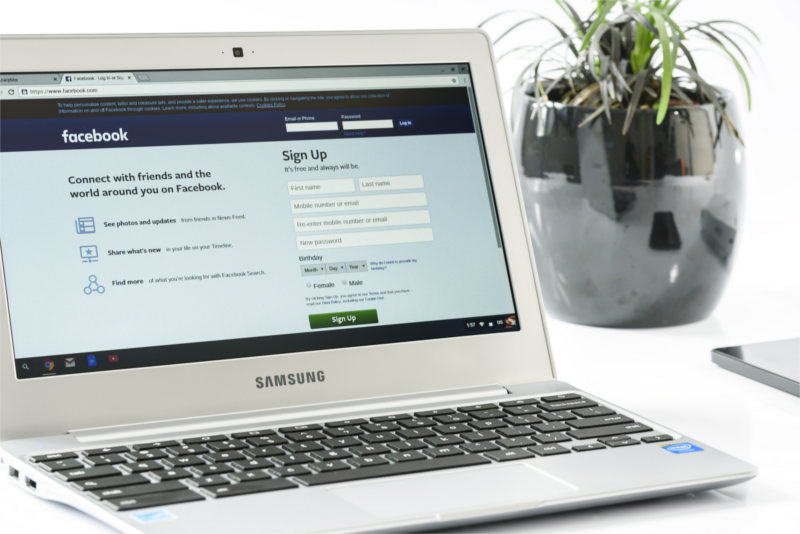 Laptop - platforma Facebook na ekranie - tu możesz uzyskać informacje co to jest Piksel Facebooka i jak go zainstalować