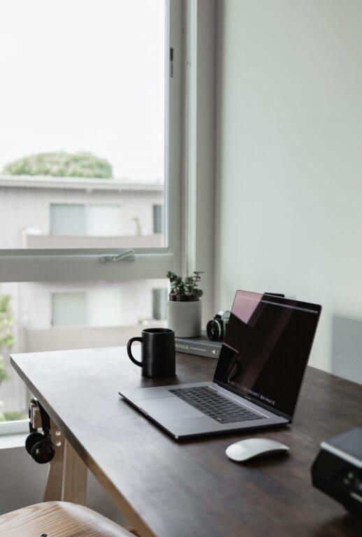 Laptop służący do przeprowadzania psychoterapii online