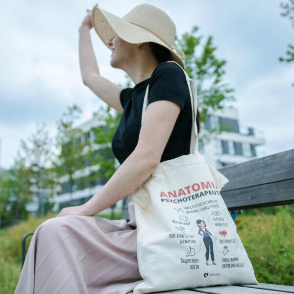 Kobieta z torbą dla psychologa i psychoterapeuty